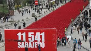 Uma cadeira vermelha para cada vítima do cerco