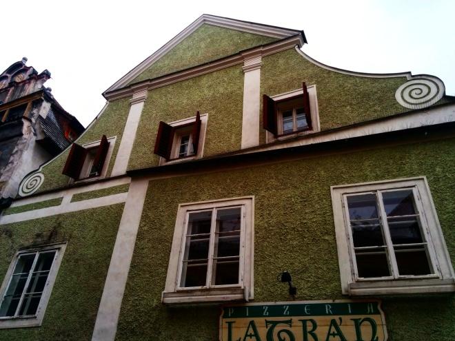 Se você construiu uma casa renascentista e o barroco entrou na moda, não entre em pânico: construa mais um andar com volutas.
