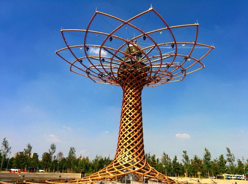 A Árvore da Vida é uma da maiores atrações em Milão, com shows de luzes e música
