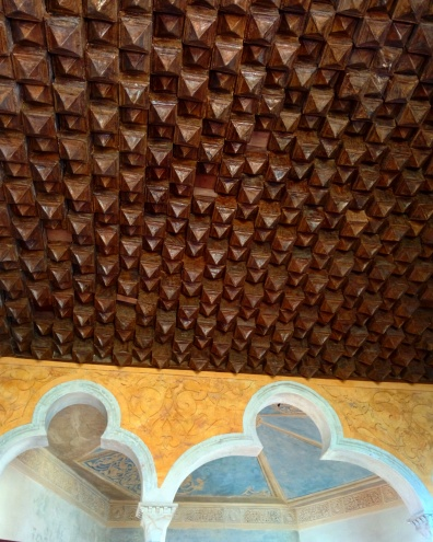 Teto feito de cartolina imitando madeira