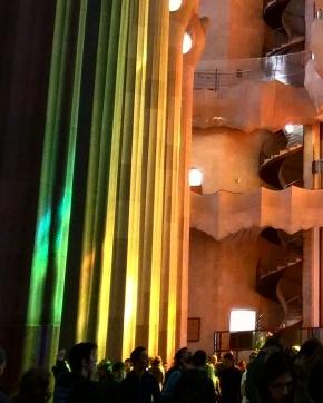 Reflexão dos vitrais Sagrada Familia Barcelona