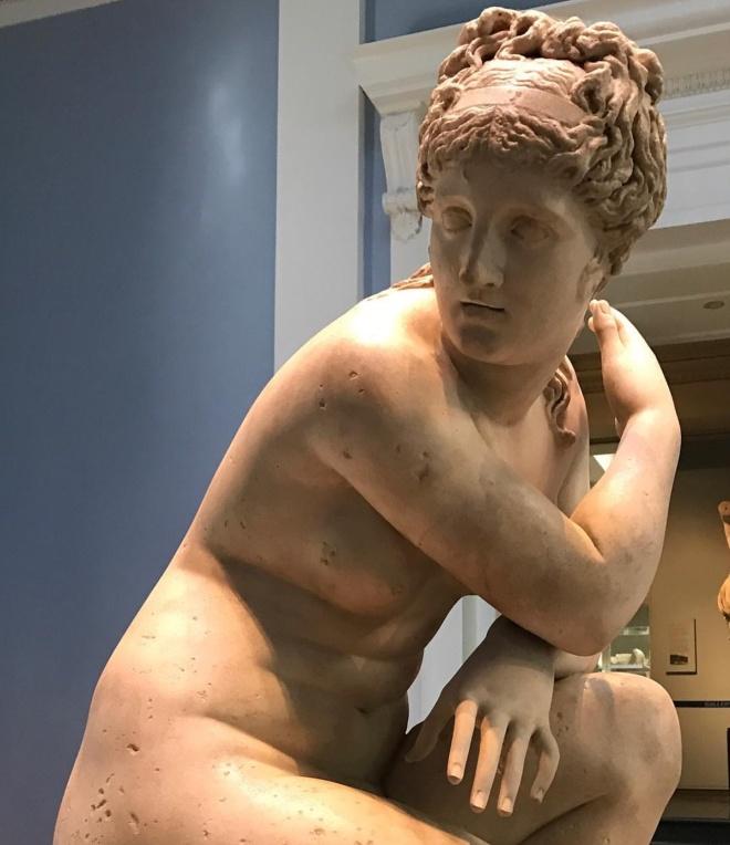 Museu britanico londres mulher agachada arte grega