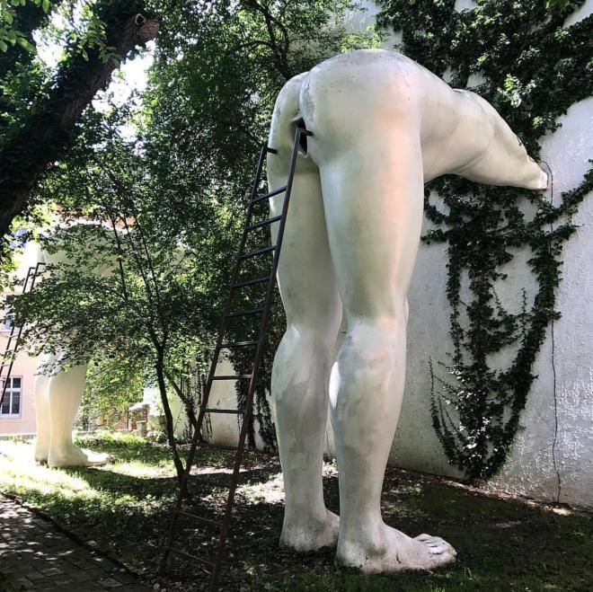 Brown nosers museu Praga Cerny estátua