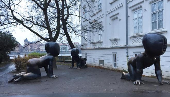 Estatua David Cerny bebês ilhas Kampa