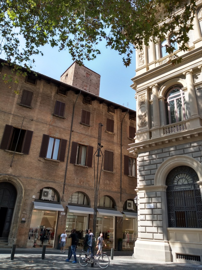 Bologna Torre dei Bertolotti piazza minghetti