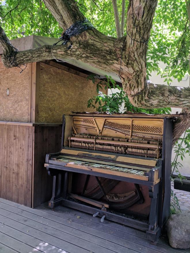 Republica de Uzupis vilnius lituania piano na arvore
