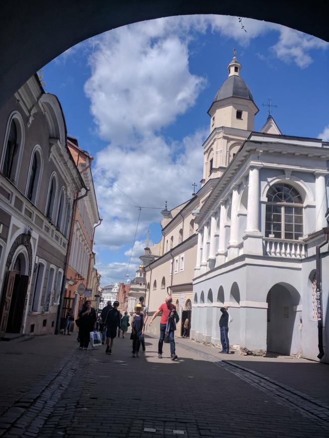 Vilnius Lituania atravessando o portão da alvorada