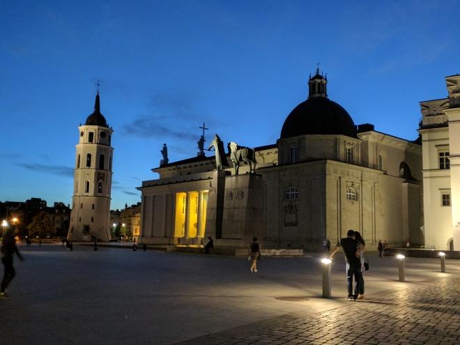 Vilnius Lituania noite praça catedral