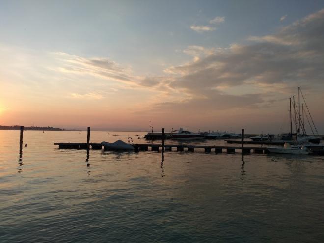 Lago de Garda Peschiera por do sol na praia 2