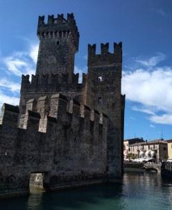 Lago de Garda Sirmione castelo scaligero no centro da cidade