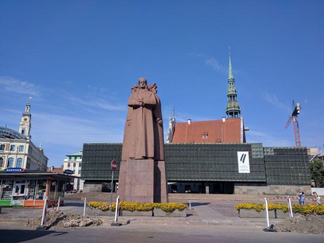 Riga Letonia museu das ocupações estátua soldados