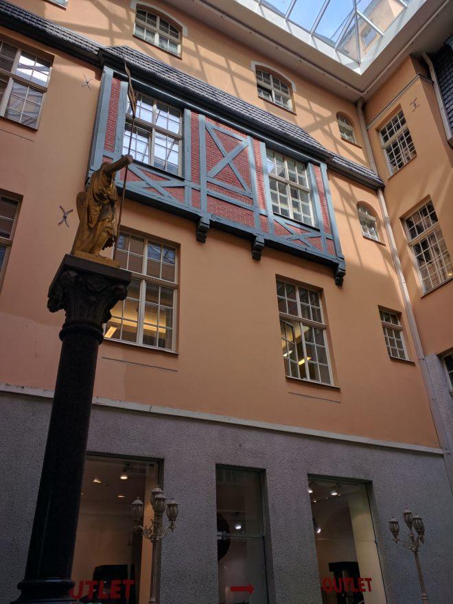 Riga Letonia rua com três muros pátio