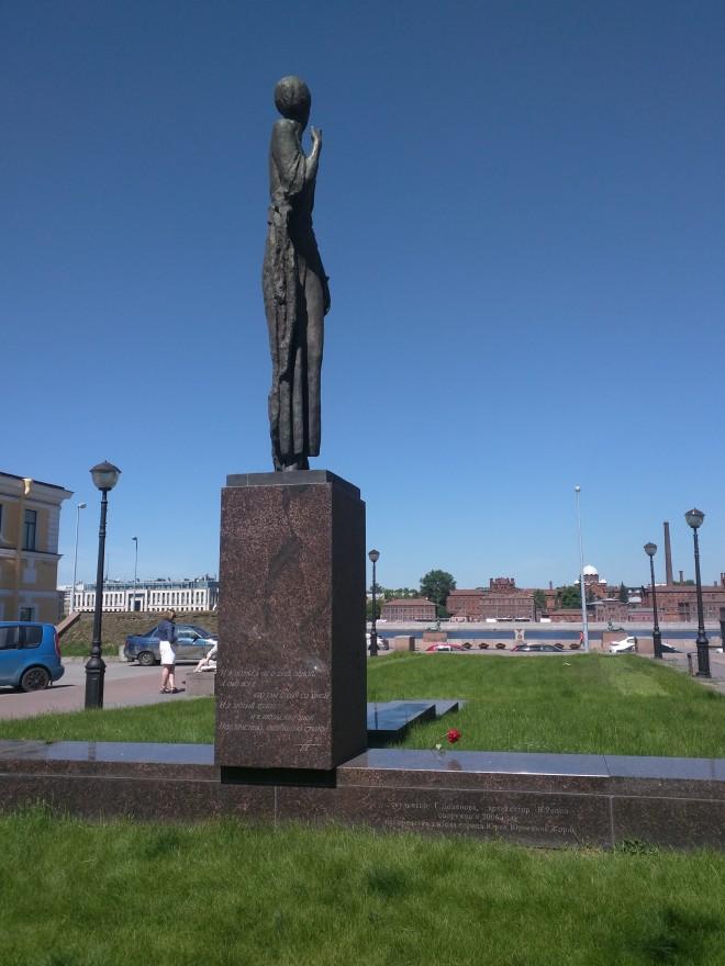 Petersburgo, estátua de Anna Akhmatova em frente à prisão de Kriesty