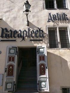 Tallinn centro histórico Raekoja Plats antiga farmácia 2