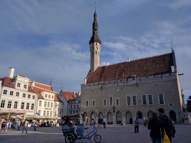 Tallinn centro histórico Raekoja Plats praça mercado 1