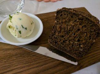 Tallinn centro historico Vanaema Juures comida tipica estonia pão de centeio