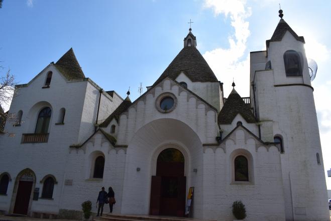 Puglia Alberobello igreja nos trulli