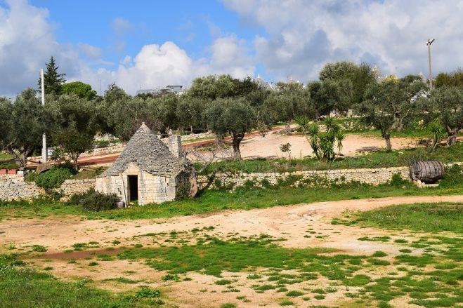Puglia Alberobello trulli entrada cidade