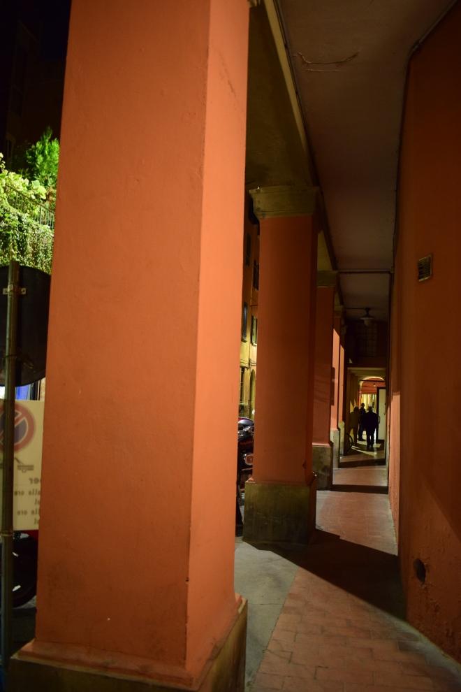 Bologna portico mais estreito via senzanome