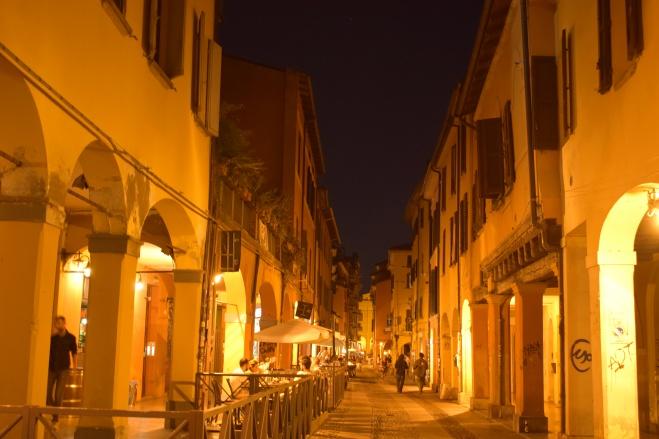 Bologna porticos pratello noite