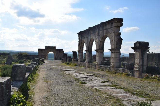 Volubilis ruinas romanas Marrocos decumanus