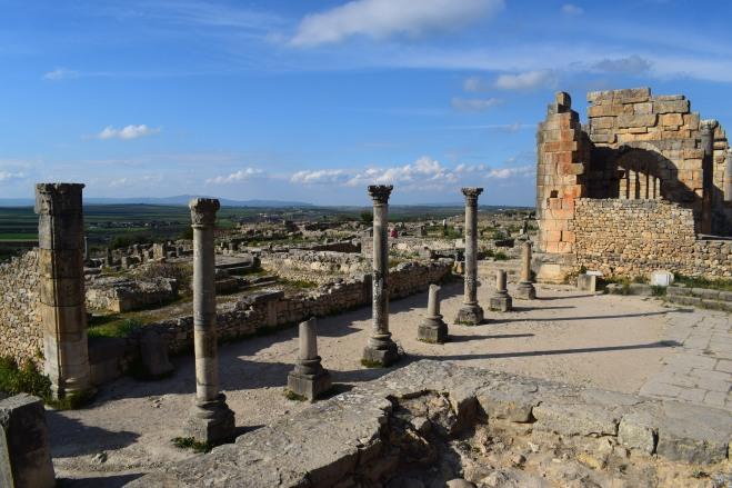 Volubilis ruinas romanas Marrocos do alto da basilica