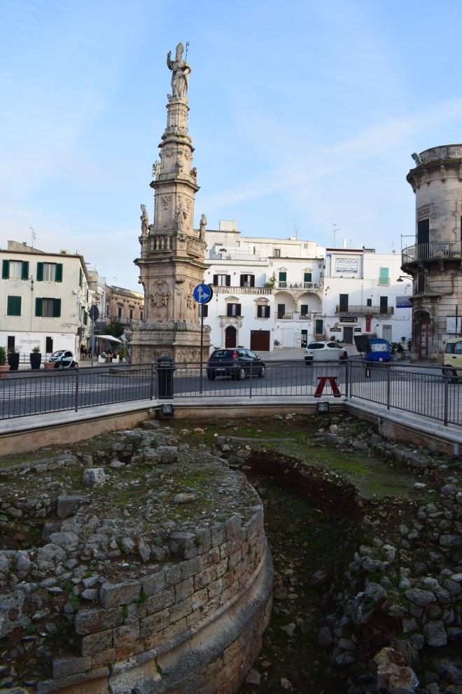Ostuni cidade branca puglia italia coluna sant'oronzio com área arqueológica muros antigos