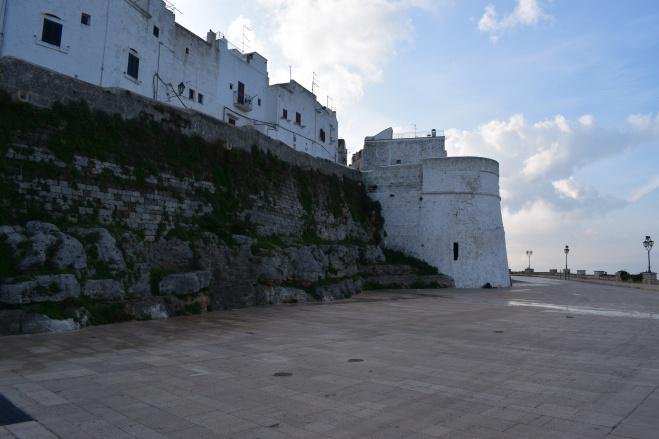 Ostuni cidade branca puglia italia muralhas lado fora