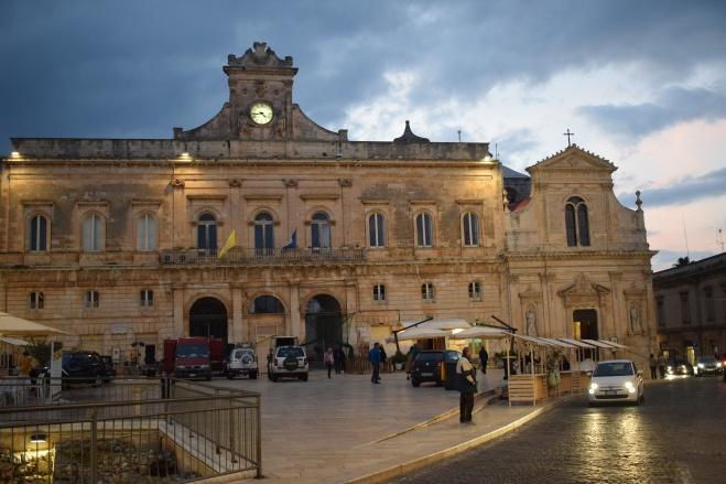 Ostuni cidade branca puglia italia palazzo municipale igreja san francesco