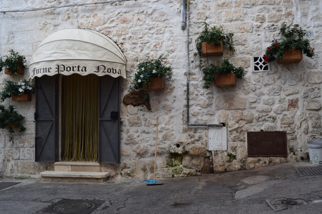 Ostuni cidade branca puglia italia porta com vasos