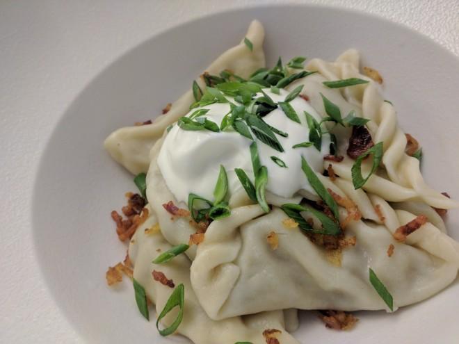 Pratos típicos para provar na rússia vareniki dumplings de cogumelos e batata