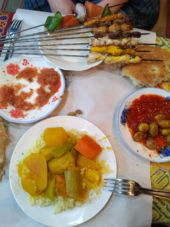 Marrocos comida típica provar jantar espetinhos e cuscuz